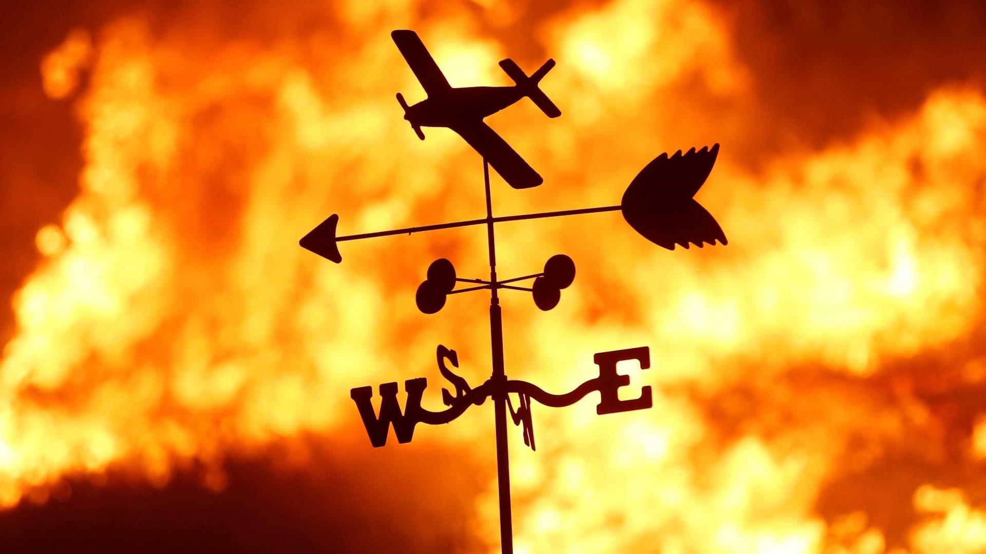 Incêndio na Califórnia obriga milhares de pessoas a deixarem suas casas