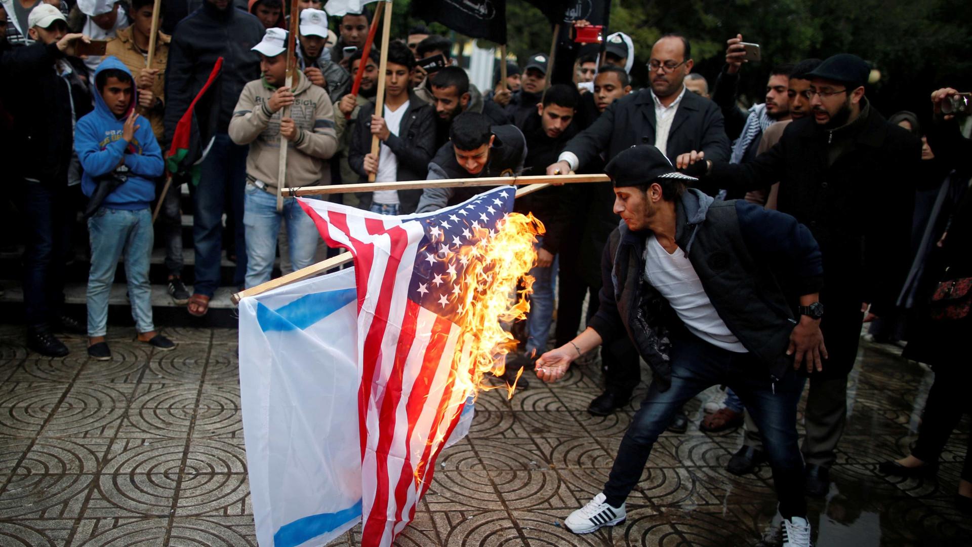 Manifestantes em Gaza queimam fotos de Trump e bandeiras dos EUA