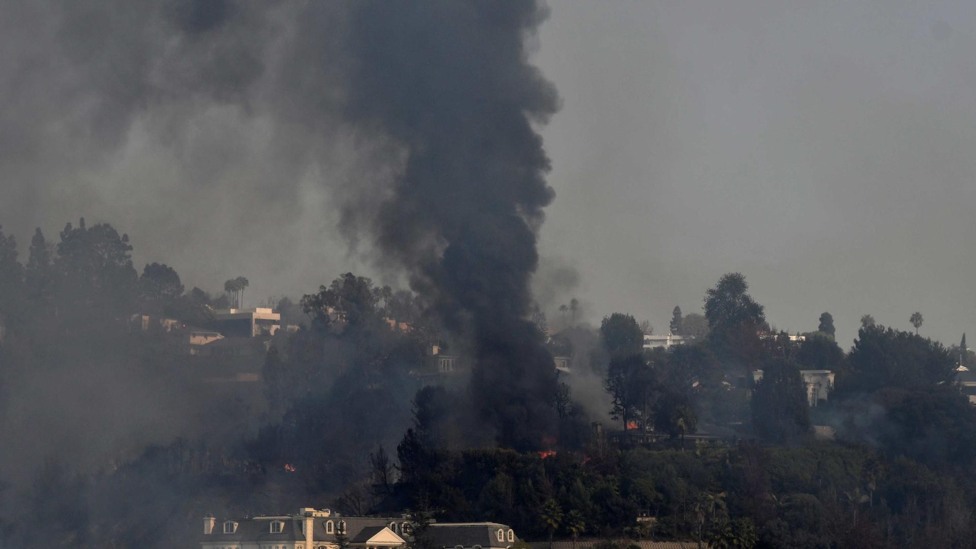 Incêndios obrigam à retirada de 200 mil pessoas da região de Los Angeles