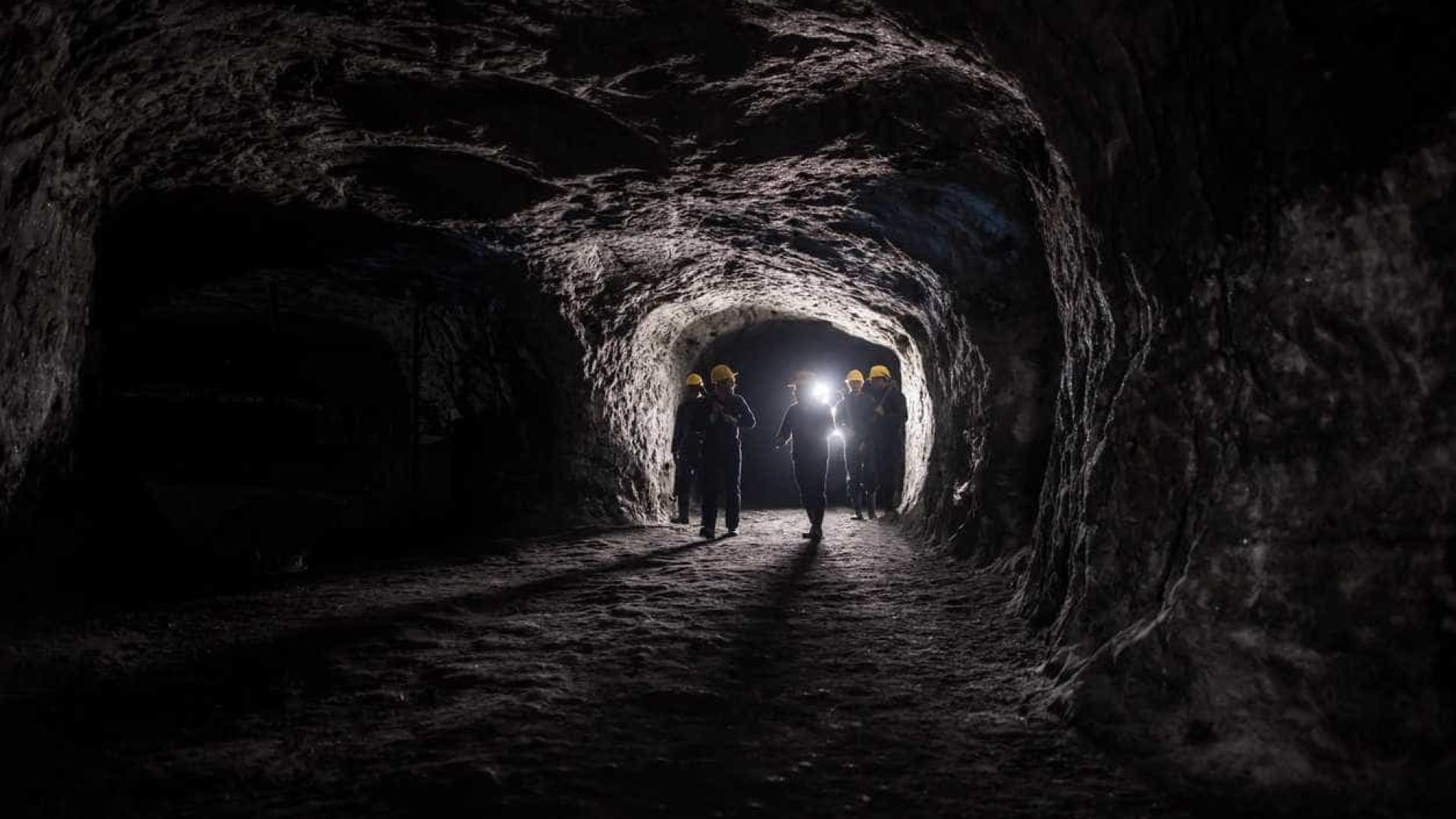 Quase mil homens são resgatados de mina na África do Sul