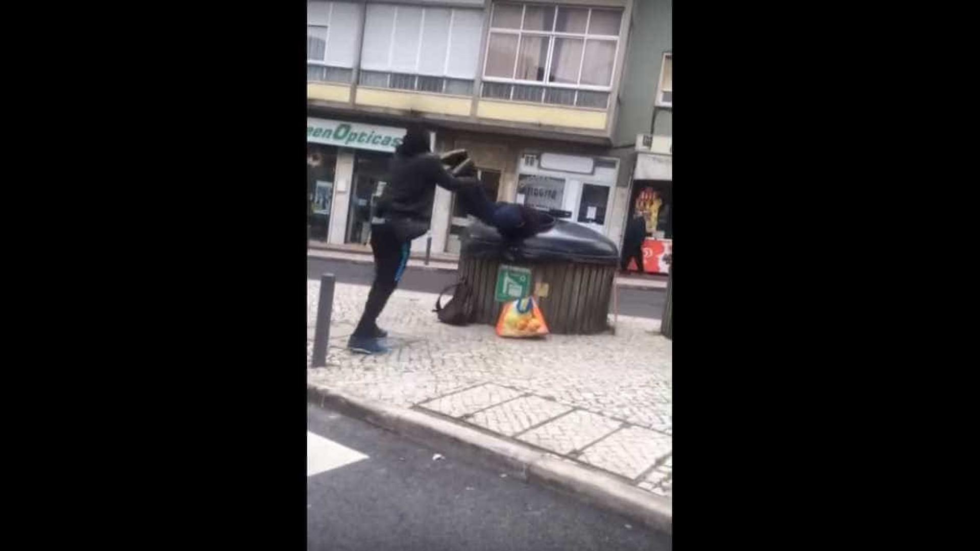 Jovem atira mendigo para contentor do lixo — Vídeo