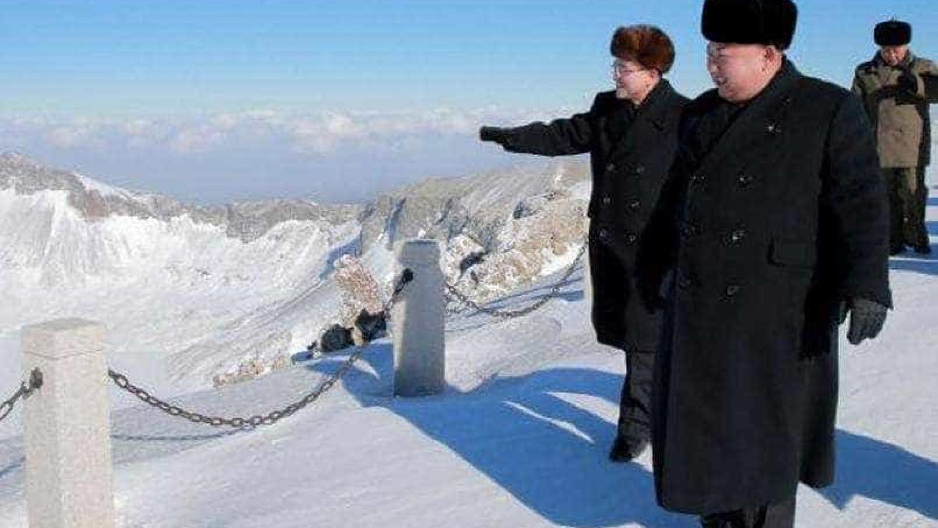 Kim Jon-un 'escalou' montanha de 2.744 metros... de sobretudo