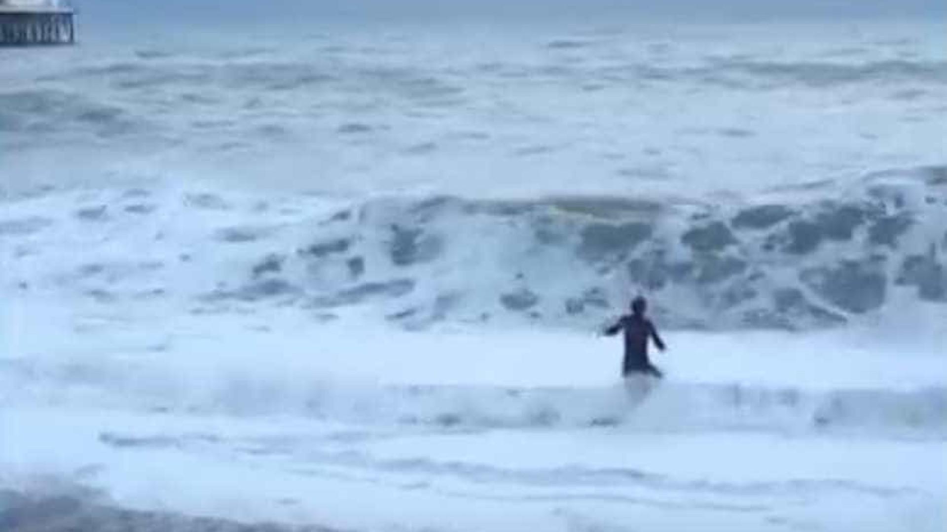 Mulher arrisca a vida para salvar o cão de se afogar
