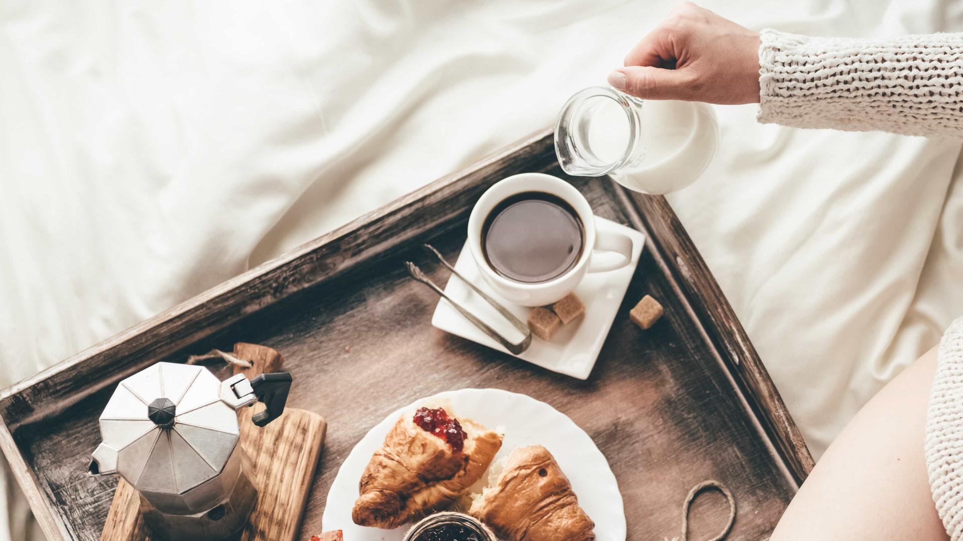 Risco de engordar é maior se tomar o pequeno-almoço depois desta hora