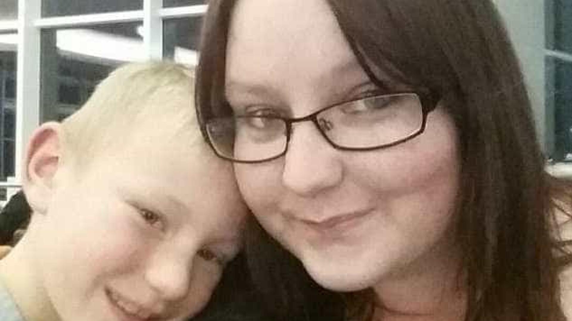 Inglaterra: Menino de 9 anos encontra mãe sem vida na cama
