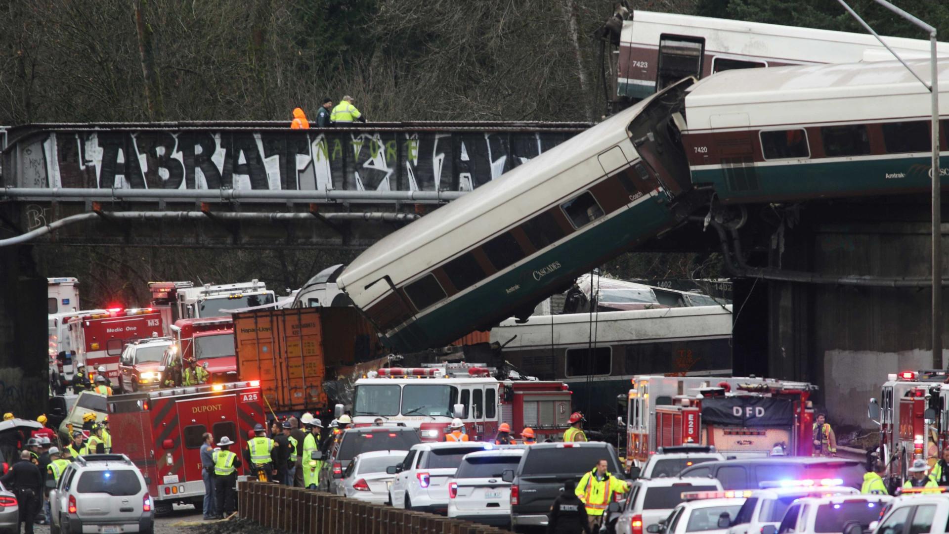Comboio descarrila junto a autoestrada em Washington