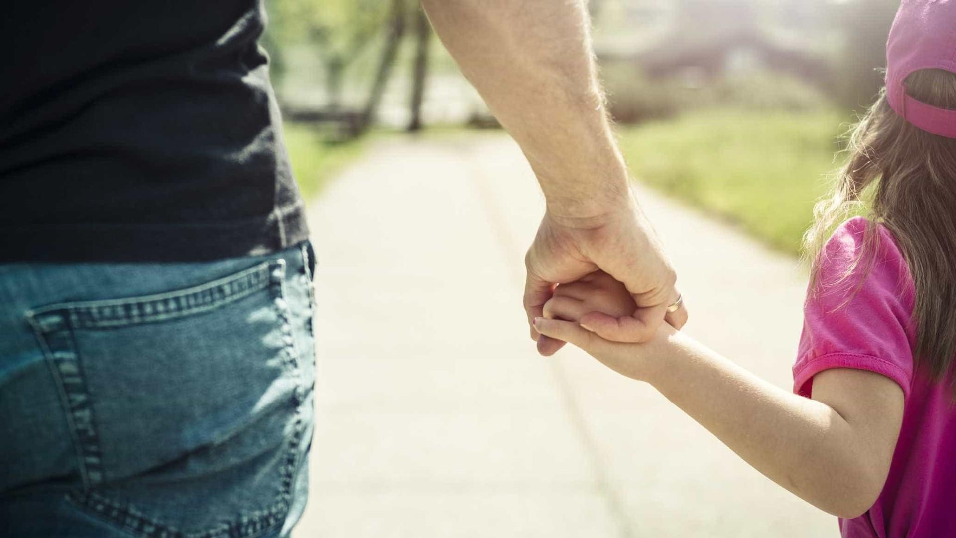 Pai acredita que recebeu mensagem do além que salvou filhas da morte
