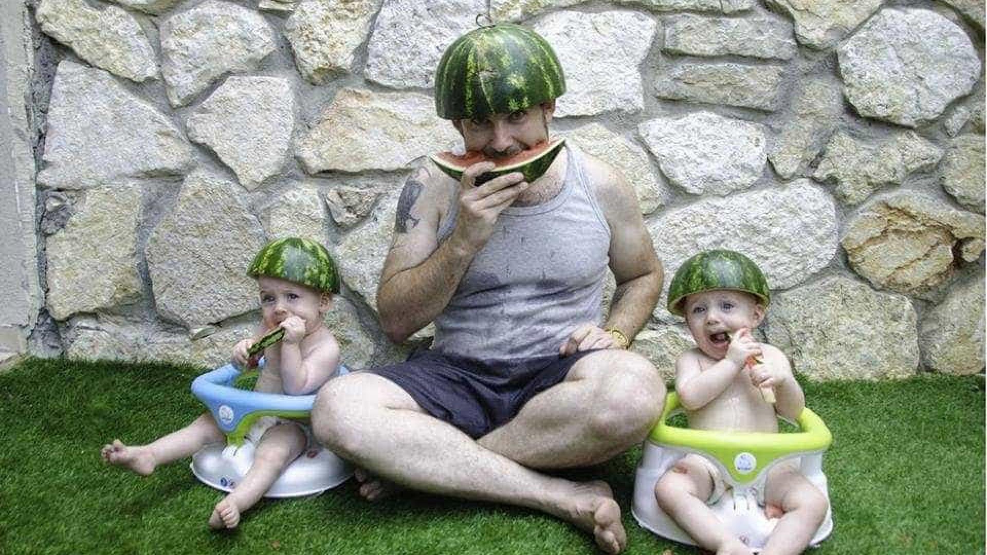 Pai documenta vida com gémeos de um ano em fotografias hilariantes