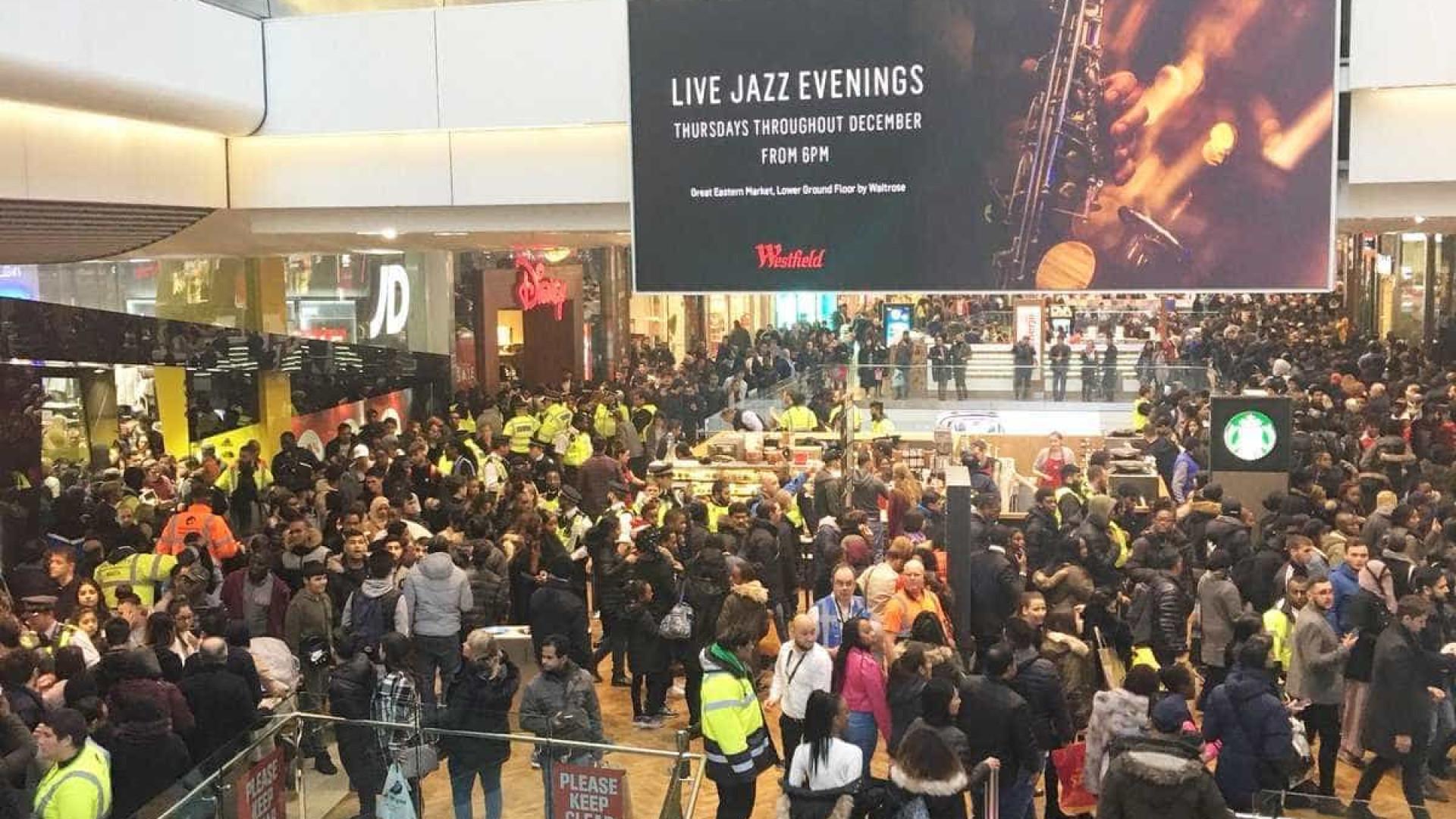 Centro comercial no Reino Unido evacuado devido a distúrbios