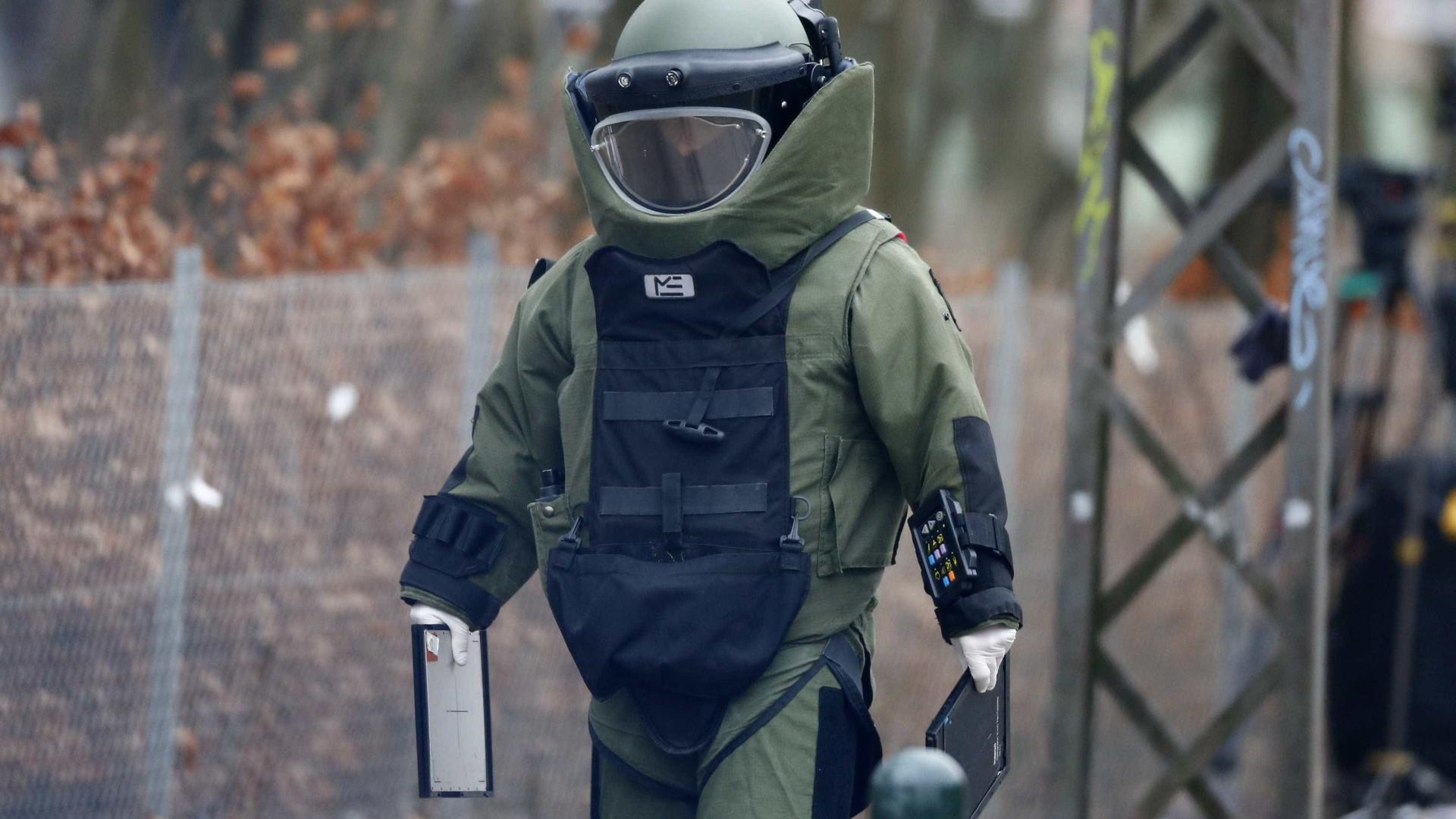 Equipa de desativação de bombas em embaixada dos EUA. Foi só um susto