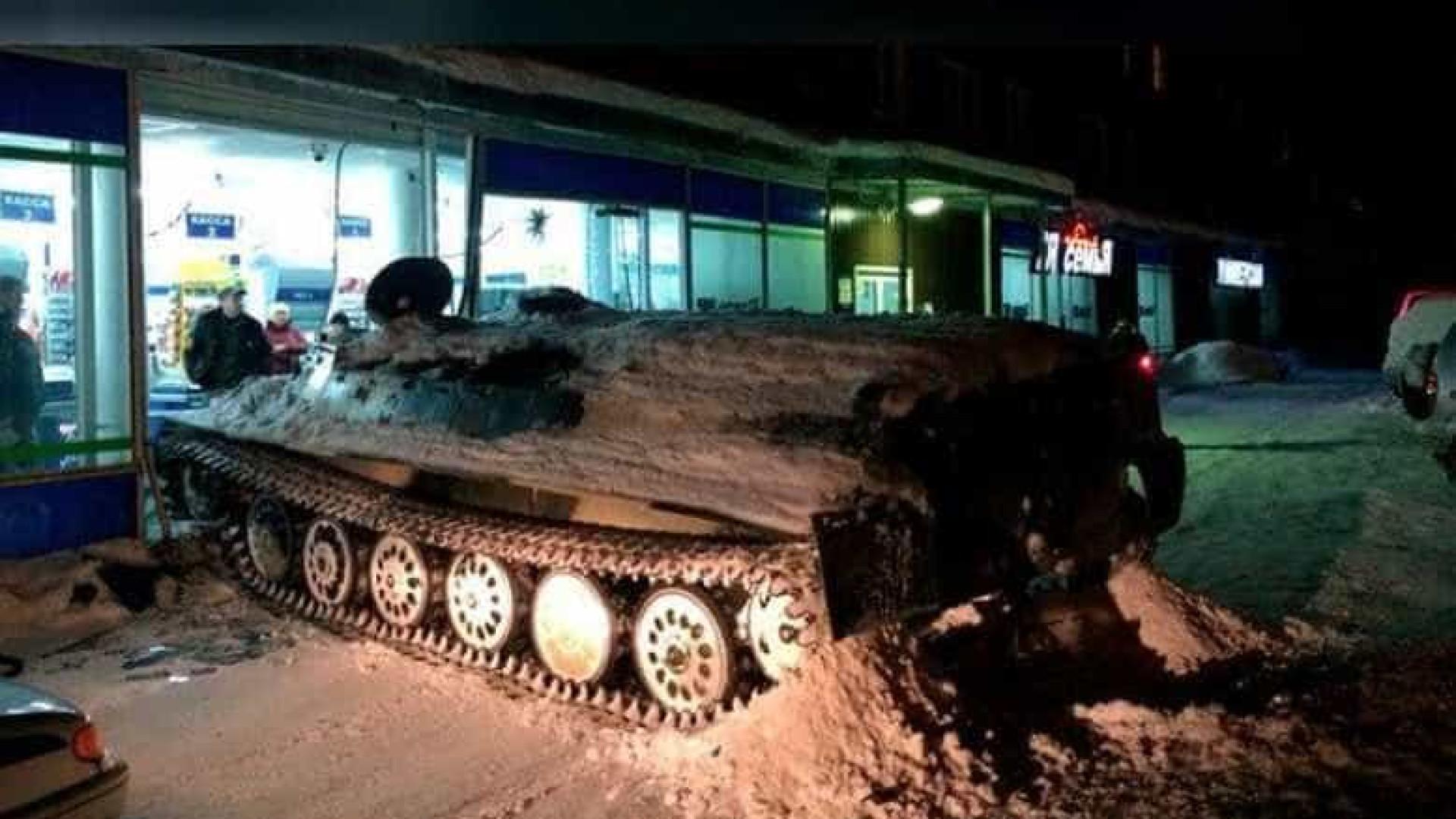 Homem rouba tanque militar, destrói montra e foge com garrafa de vinho