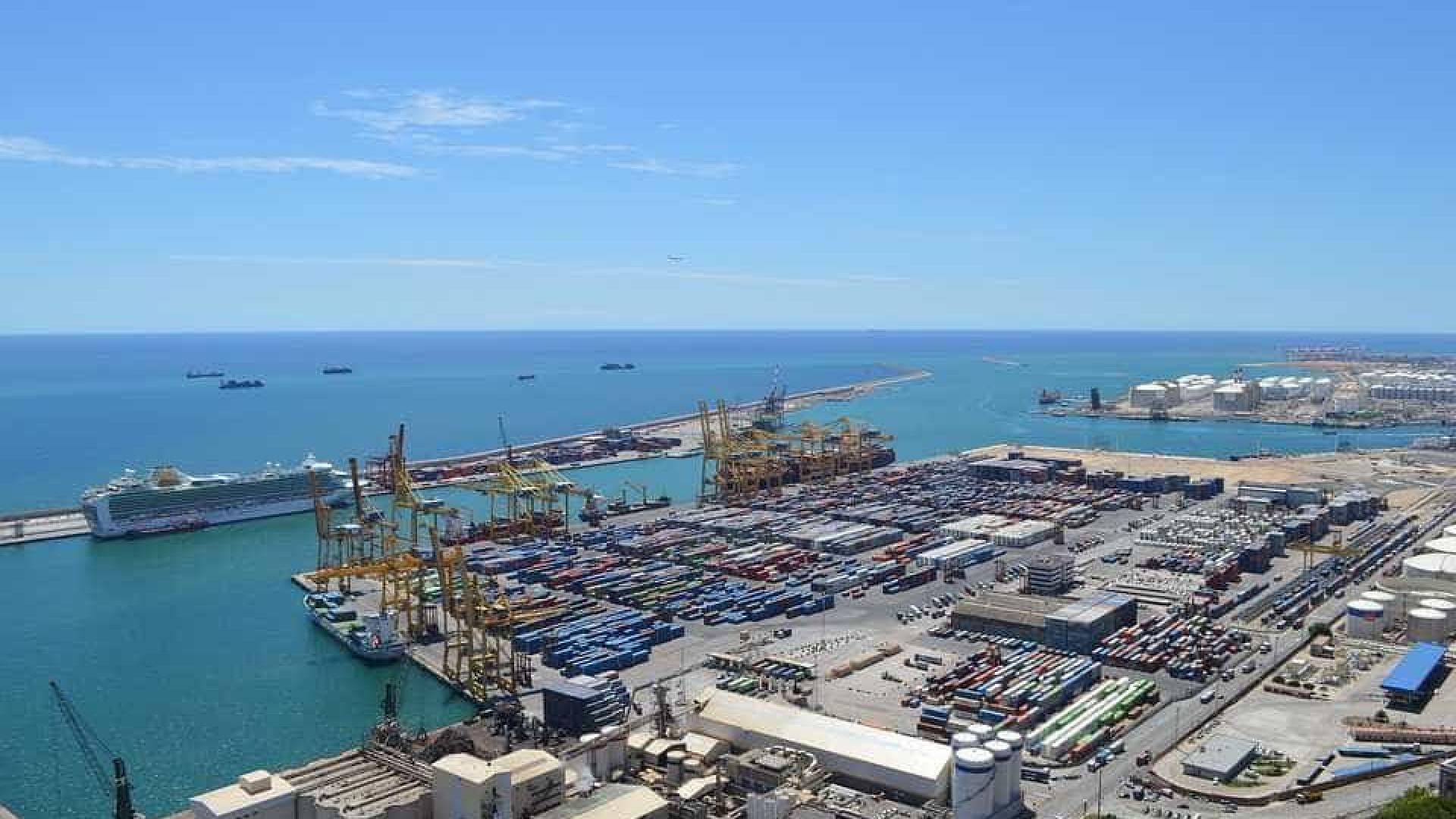 Ferry choca com cruzeiro no porto de Barcelona