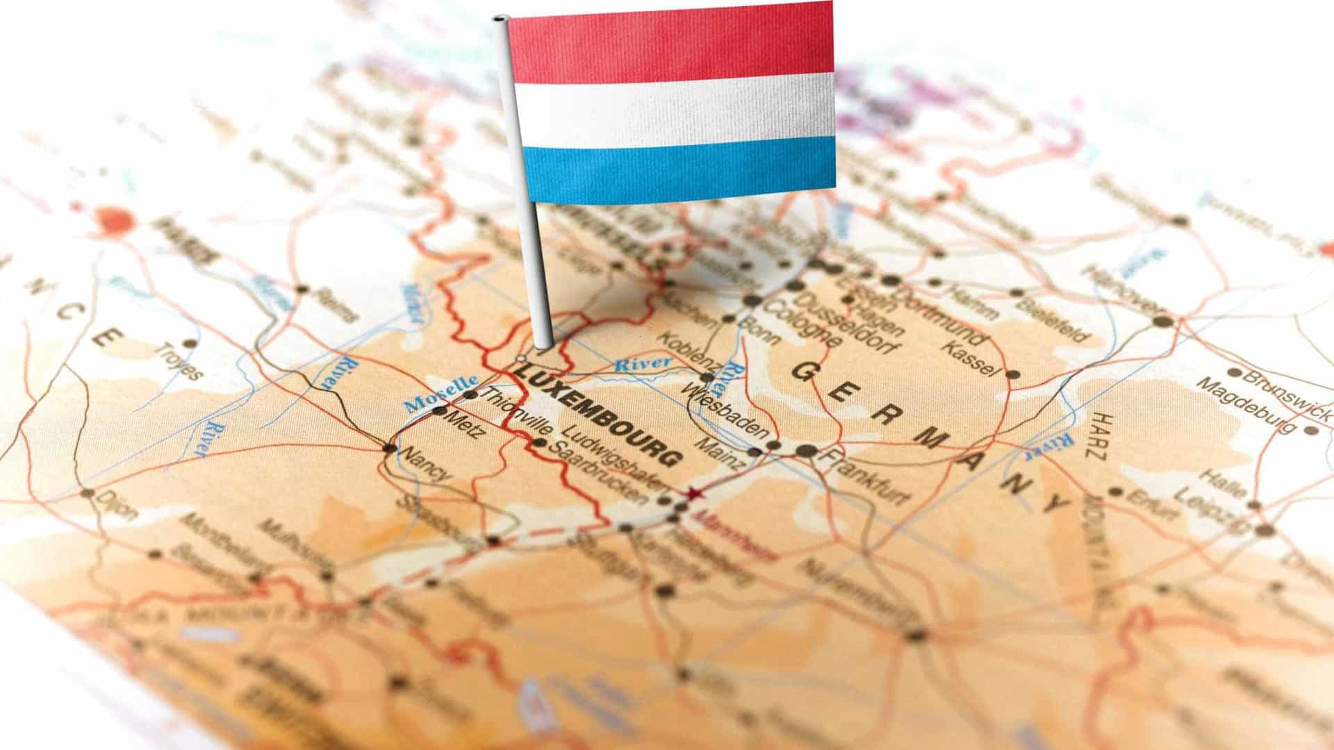 Conselheiro do Luxemburgo perde mandato após denúncia sobre residência
