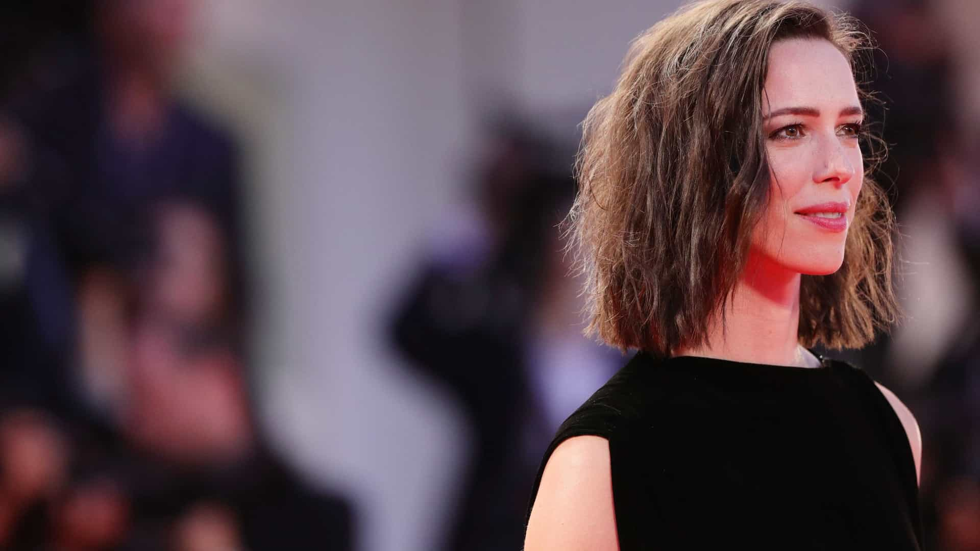 Rebecca Hall doa salário do filme que fez com Woody Allen