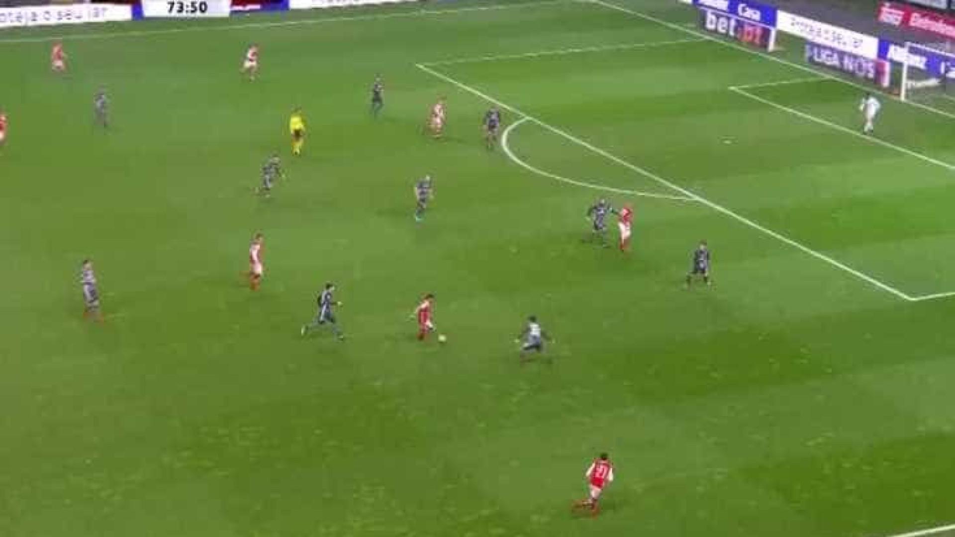 Paulinho reduz e coloca Benfica em alerta