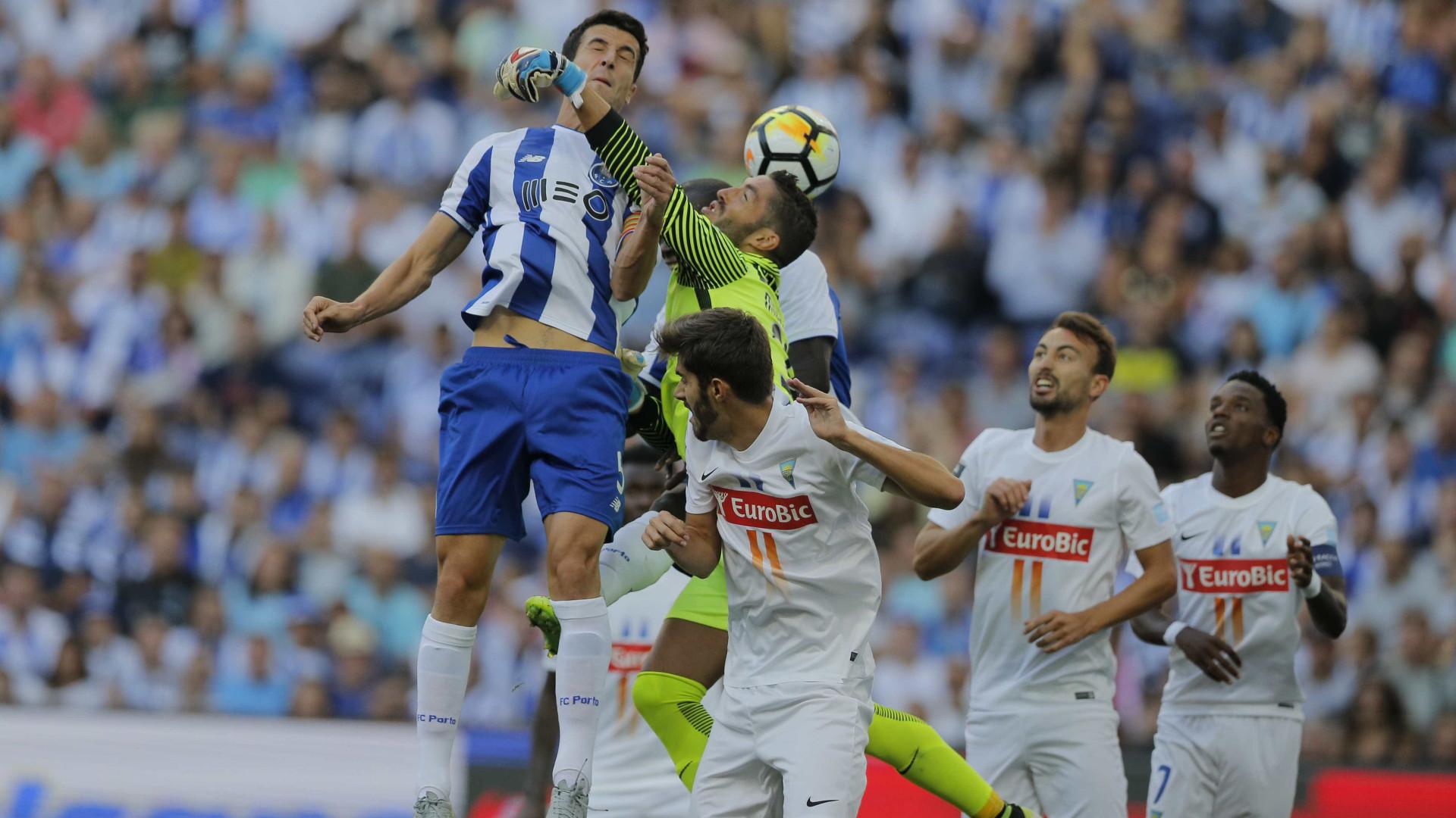 Abatimento na bancada adia segunda parte do Estoril-FC Porto