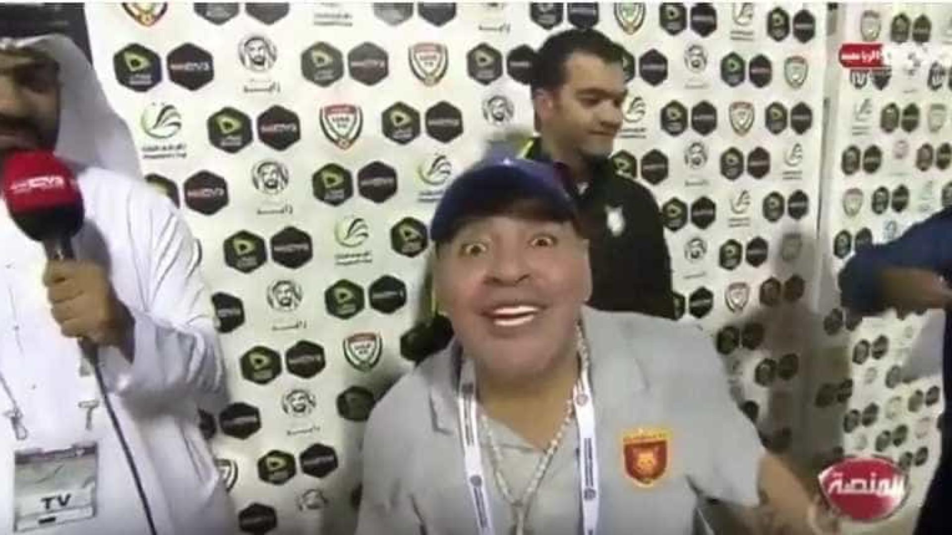 Maradona entusiasma-se e protagoniza momento insólito na flash interview