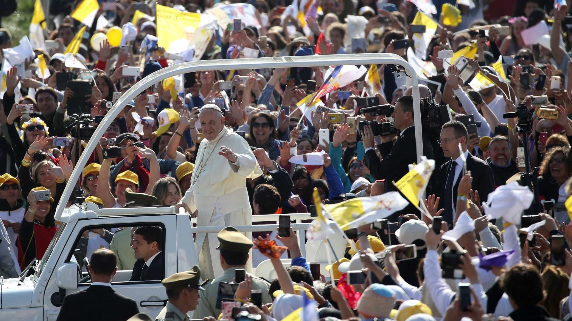 Papa Francisco atingido com jornal durante cortejo de chegada ao Chile