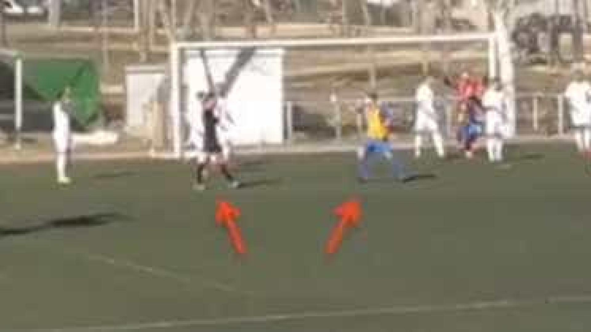 Árbitro espanhol valida um golo 'fantasma' e festeja-o com os jogadores