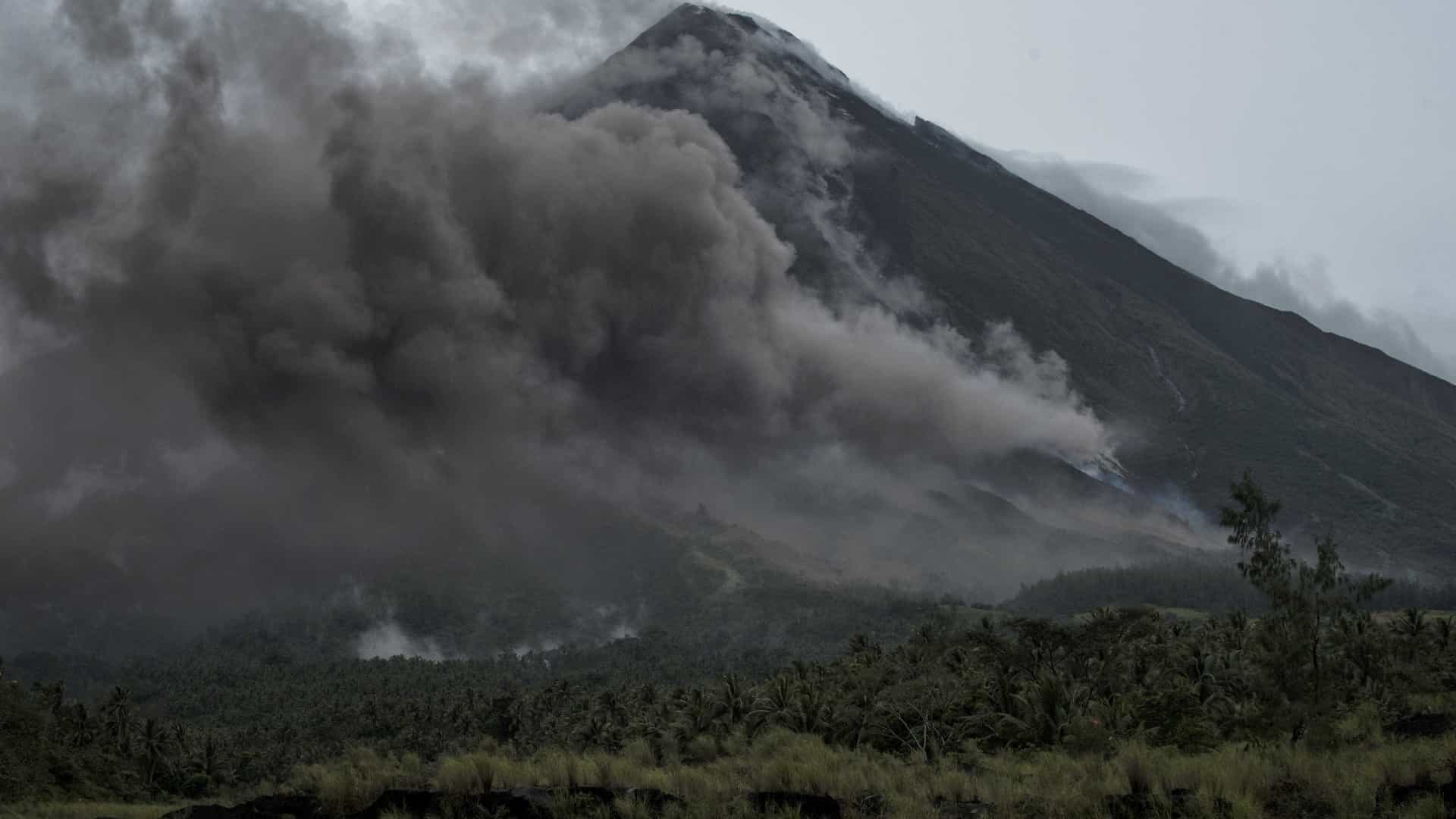 Explosão em vulcão Mayon aumenta receios de erupção nos próximos dias