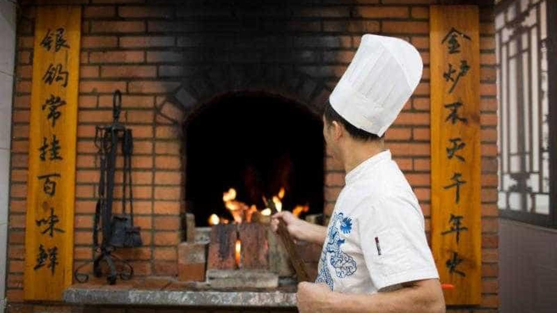 No Quanjude a comida chinesa é cozinhada em forno de tijolo