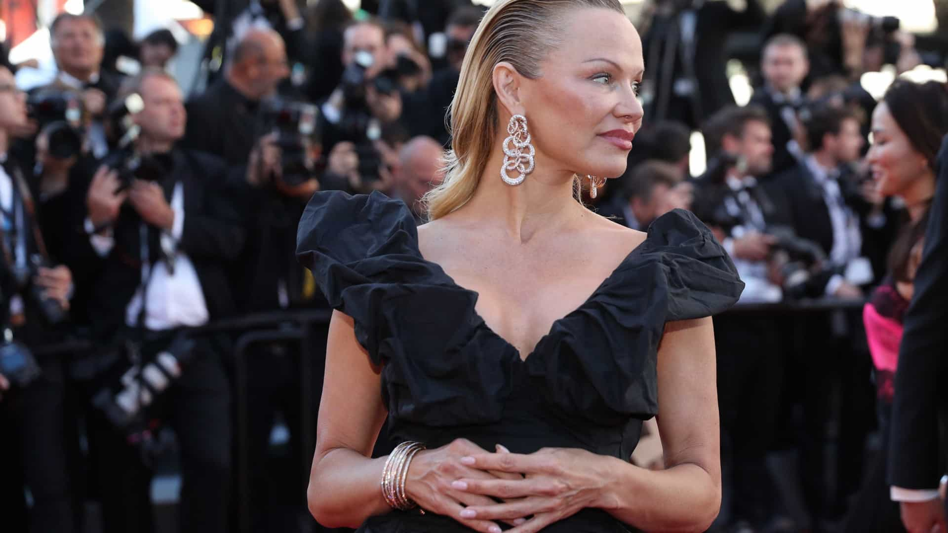 """Pamela Anderson afirma que o filho é """"mais adulto"""" que o ex-marido"""