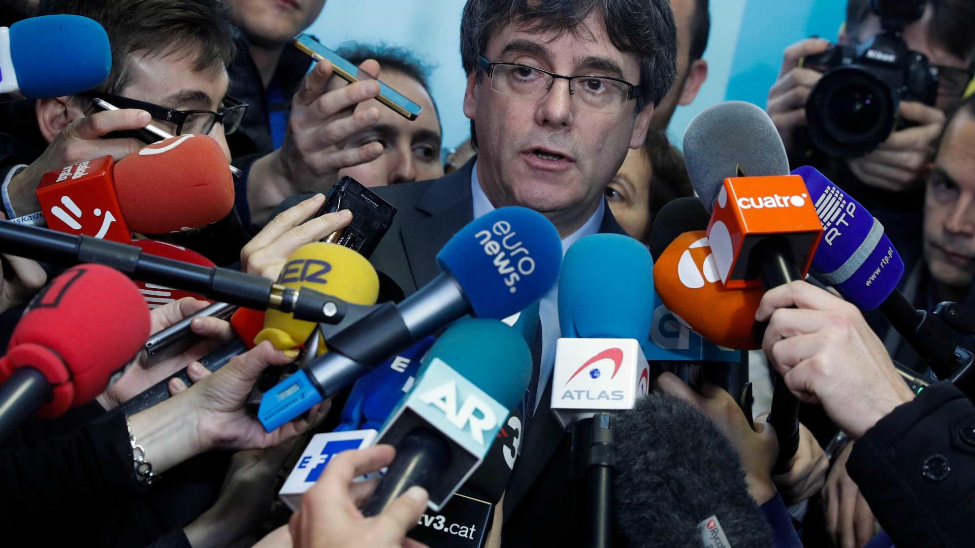 Tribunal diz não a Rajoy mas obriga Puigdemont a voltar para investidura
