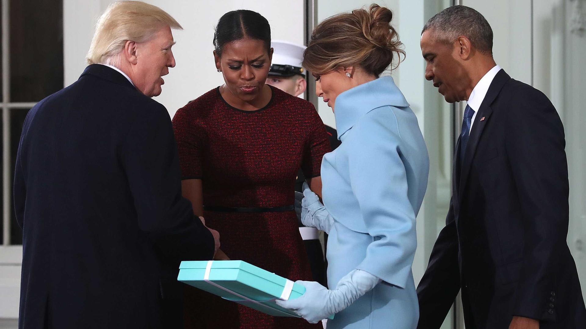 Melania Trump sorridente com os Obama no funeral de Barbara Bush
