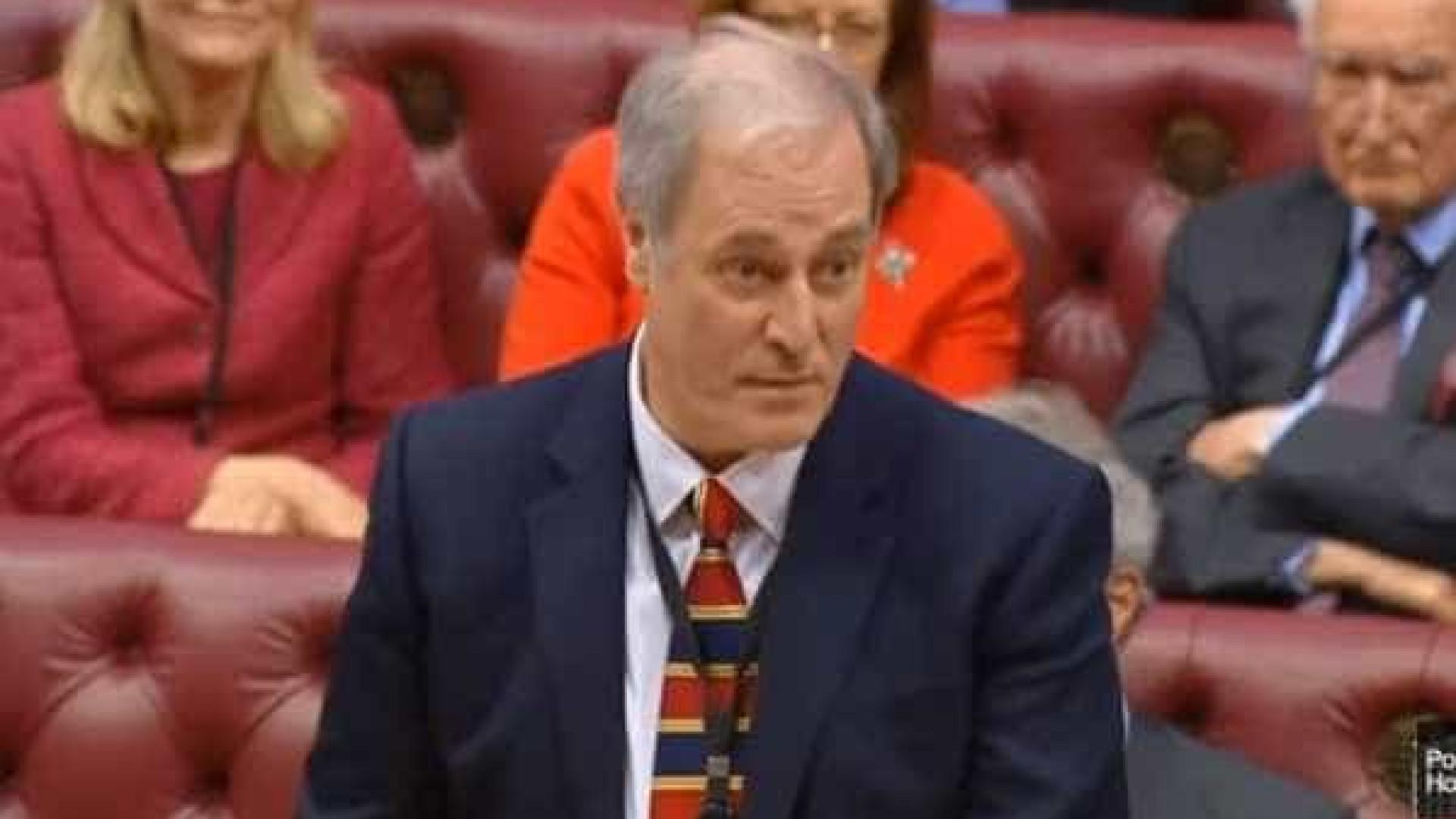 Secretário de Estado demite-se por chegar 2 minutos atrasado ao parlamento