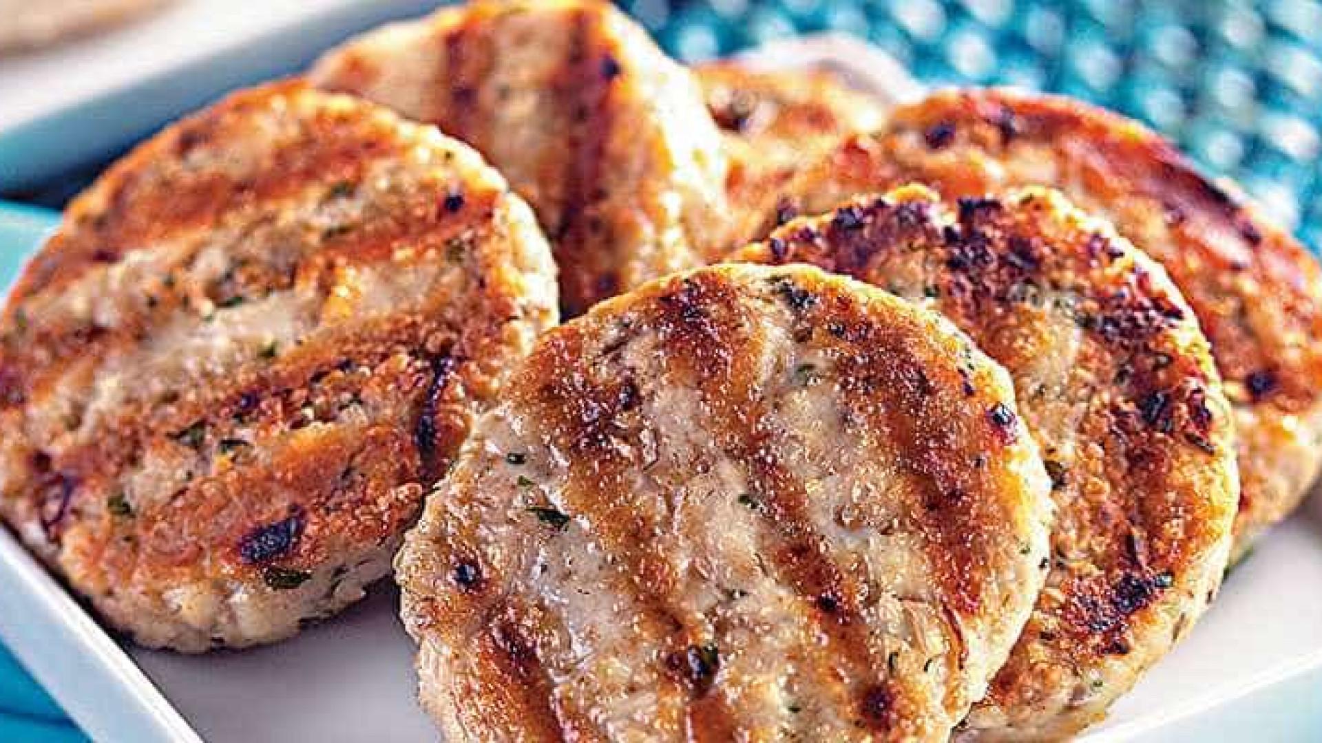 Aprenda a fazer uma receita de hambúrguer de frango e aveia
