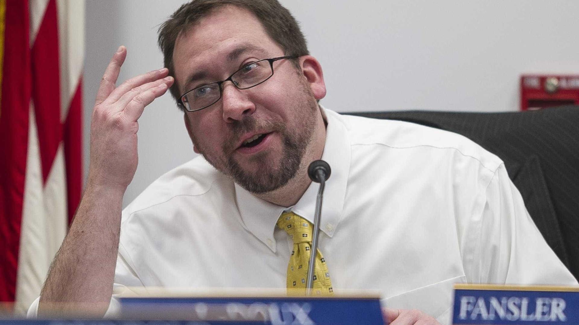 Político do Alaska demite-se acusado de bater em mulher
