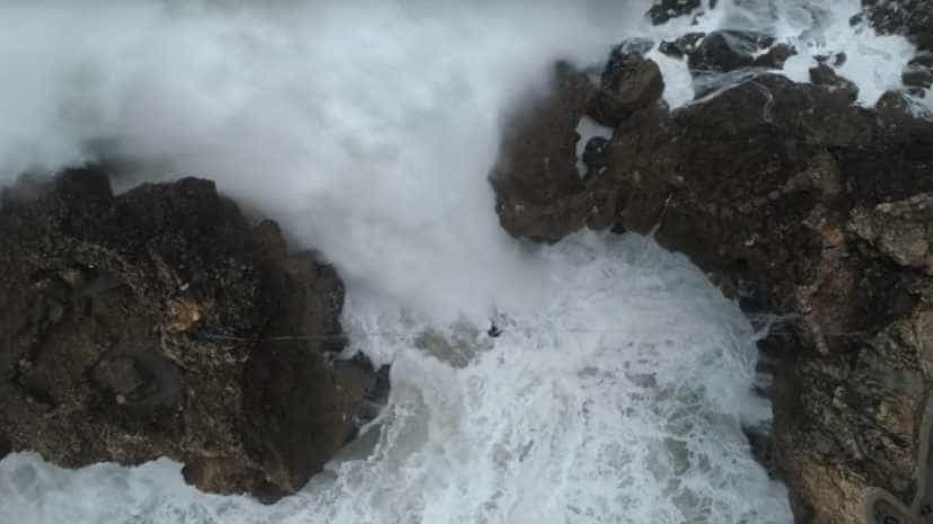 Estendeu cabo entre penhascos e passou por cima das ondas da Nazaré