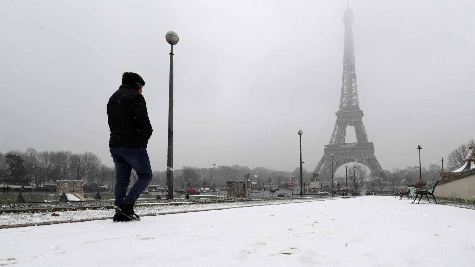 Manto de neve cobre Paris e obriga Torre Eiffel a encerrar | Fotogaleria