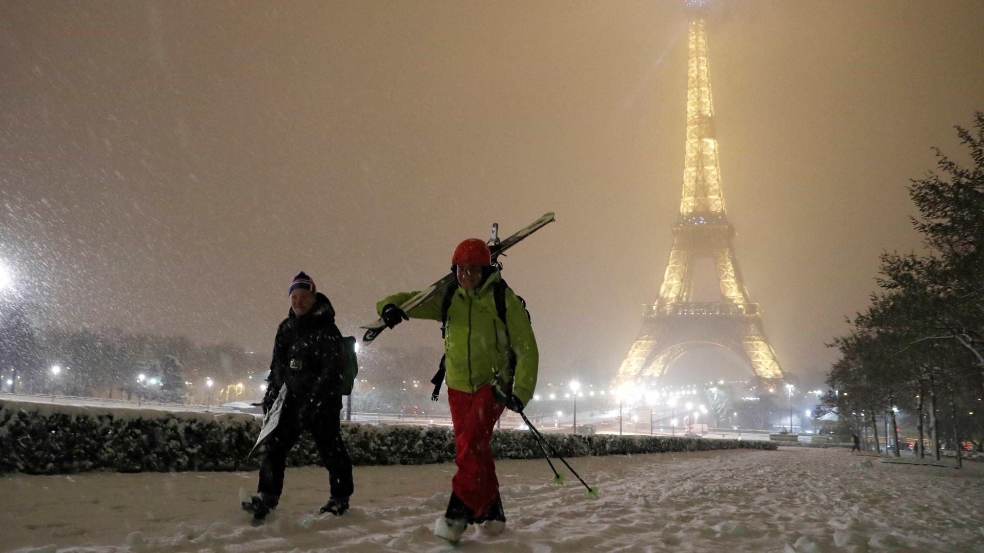 França. Neve obriga ao fecho da Torre Eiffel