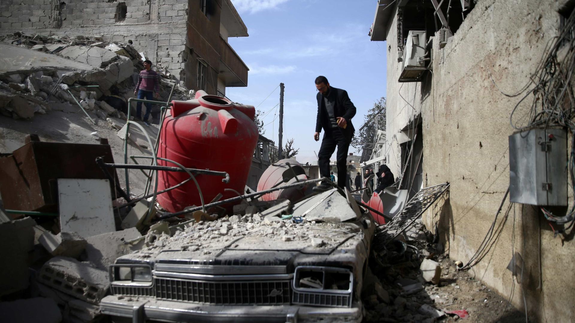 Força Aérea síria bombardeia enclave rebelde de Ghouta e mata 77 civis