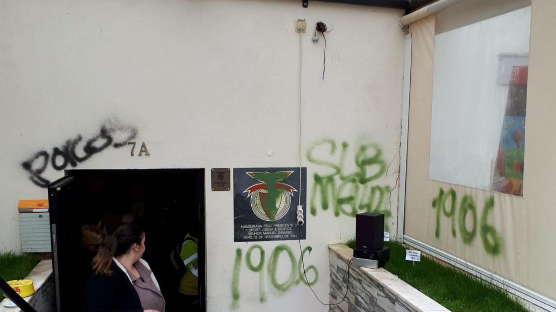 Adeptos do Sporting vandalizam casa do Benfica em Faro