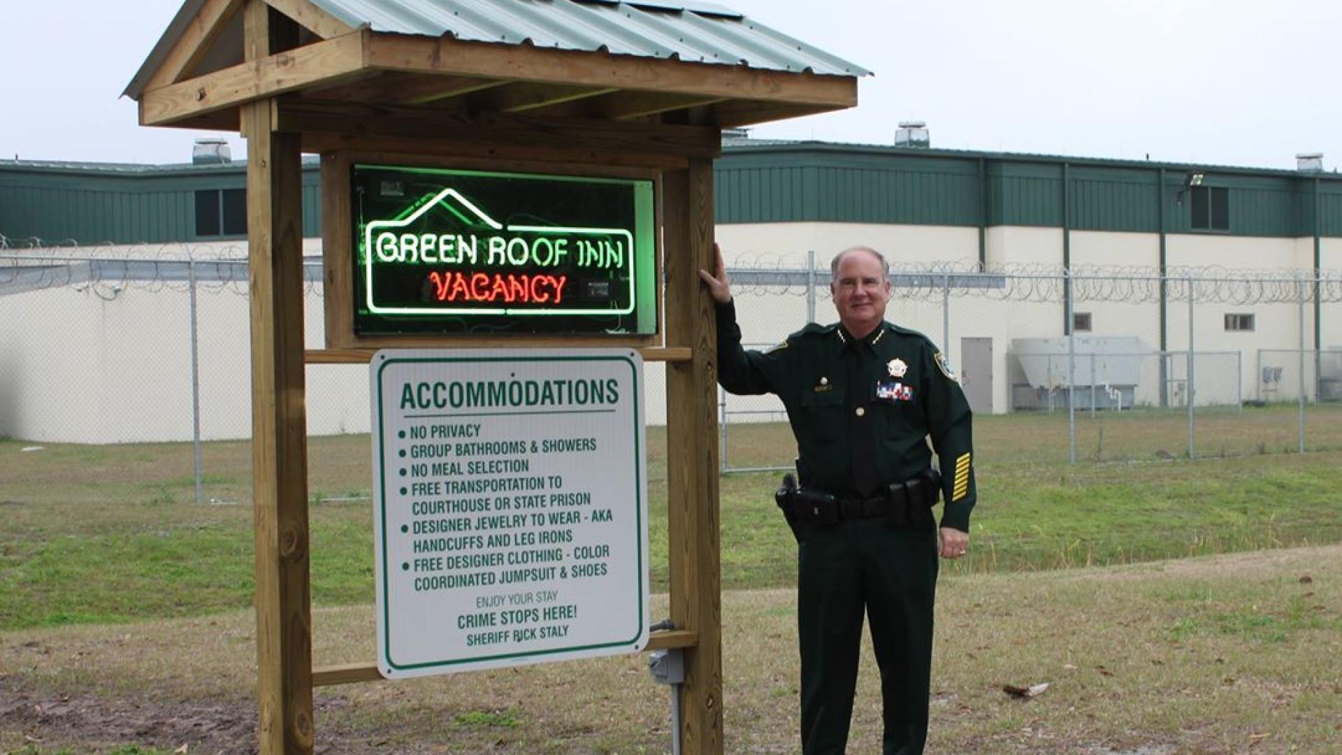 Há vagas de alojamento no Green Roof Inn...que na realidade é uma prisão
