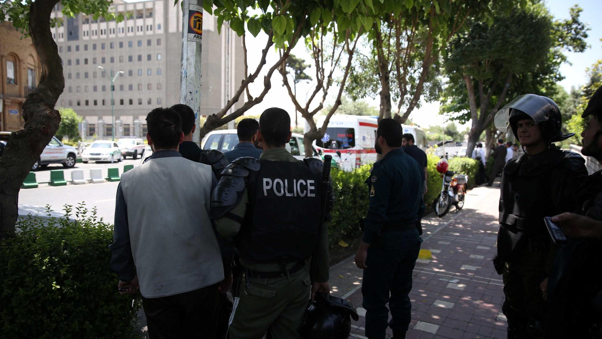 Três terroristas e três polícias mortos em confrontos no sudeste do Irão