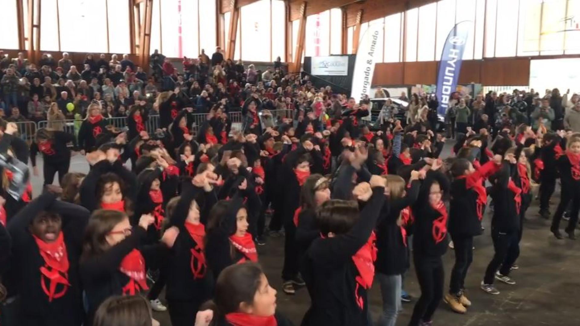 Dezenas de crianças fazem arrepiante homenagem a Zé Pedro no Carnaval