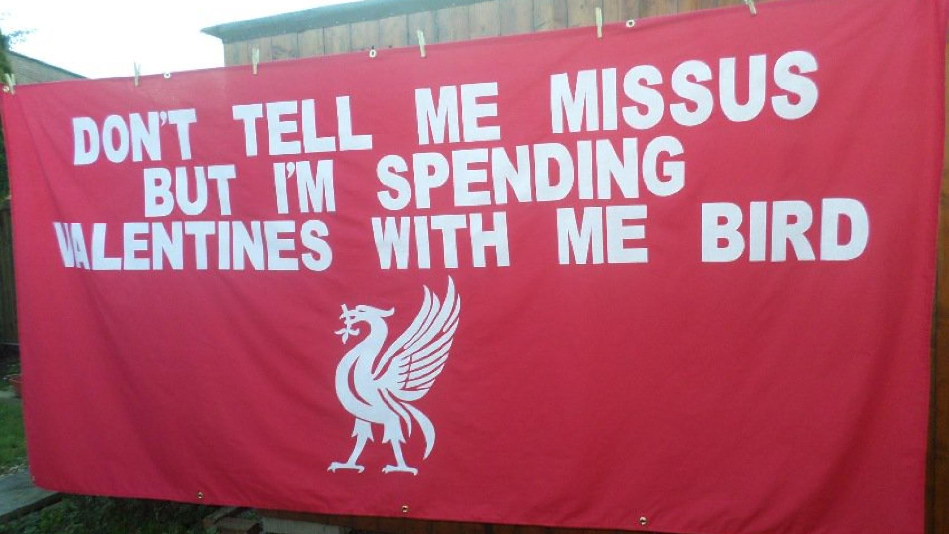 Adeptos do Liverpool avisam as namoradas com quem vão passar o S.Valentim