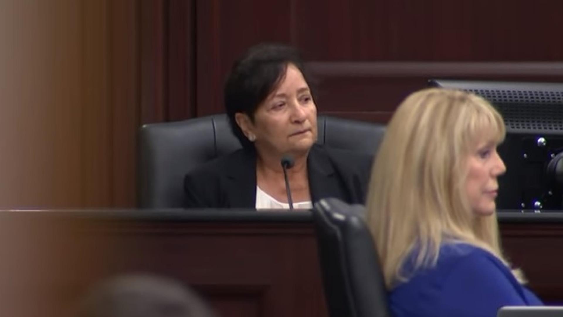 Médica chora em tribunal ao contar como menina de oito anos foi morta