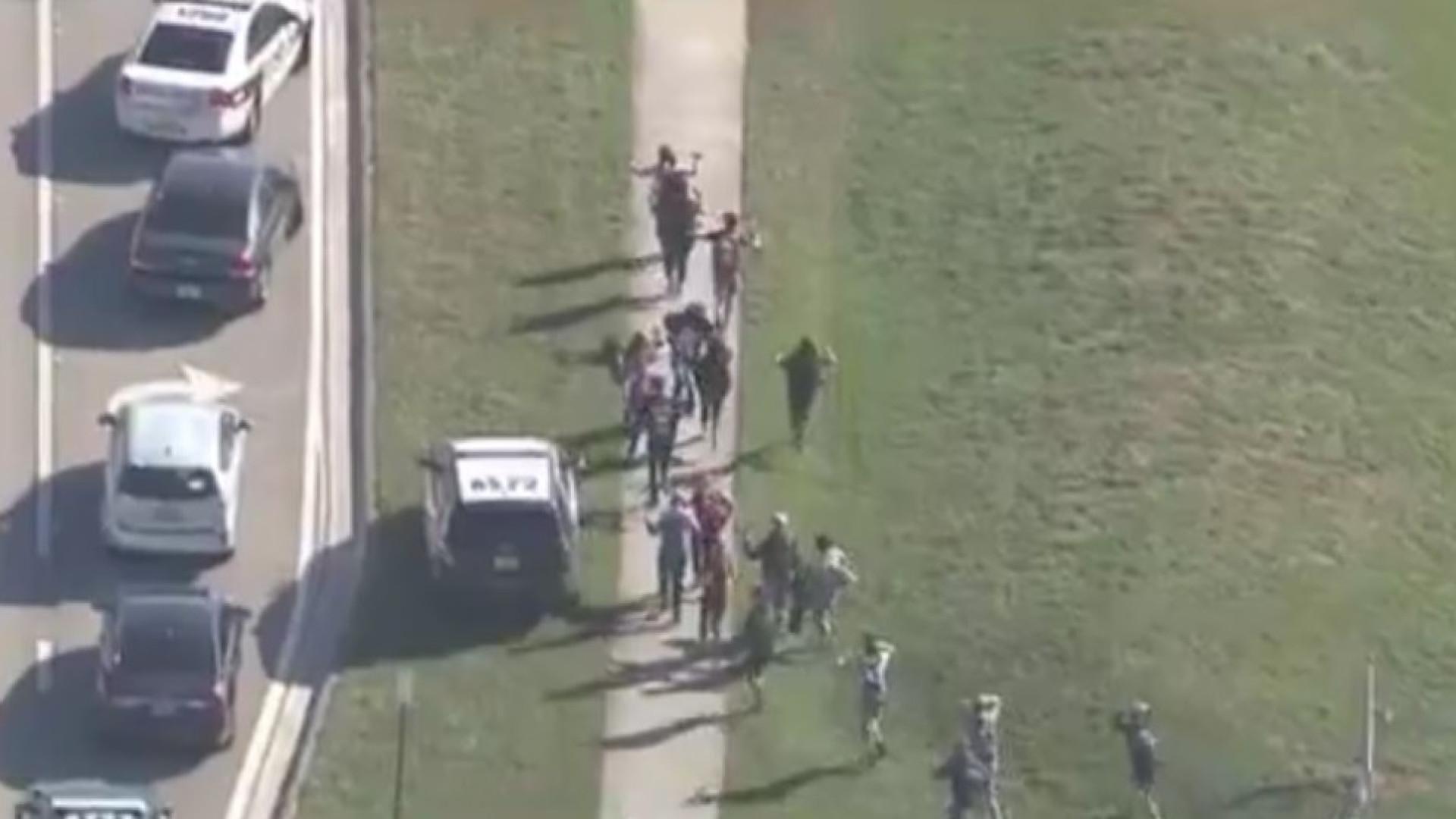 Alunos do liceu alvo de tiroteio na Florida pensavam ser simulacro