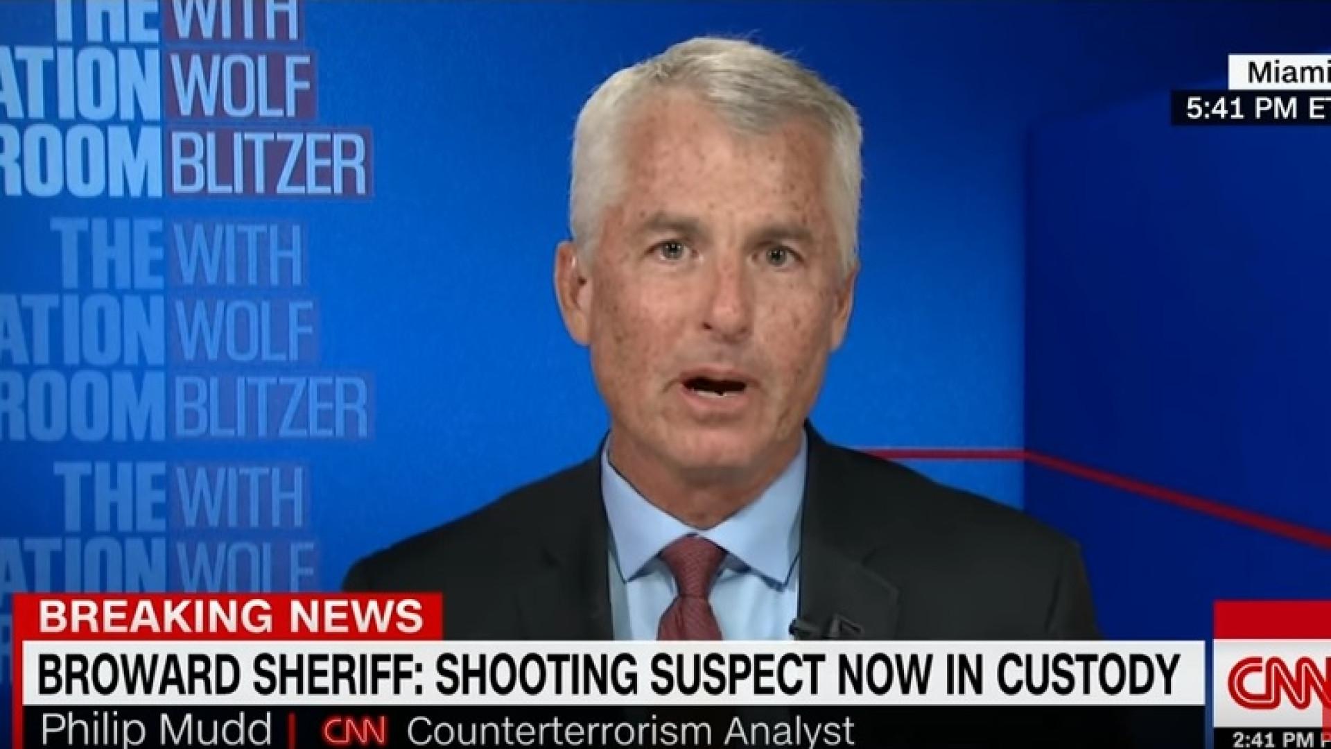 Ex-agente do FBI descontrola-se ao analisar tiroteio de Florida