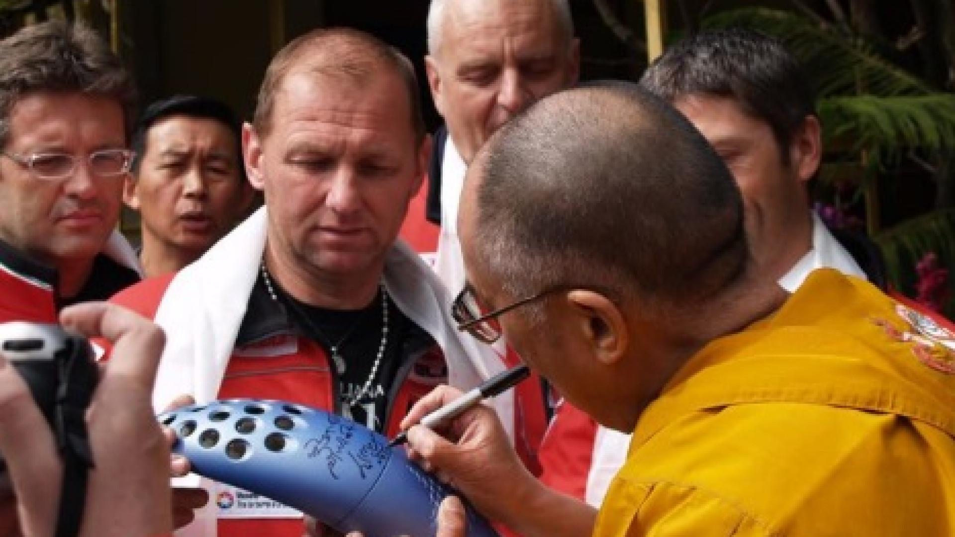 Tocha Olímpica assinada por Dalai Lama está a ser leiloada