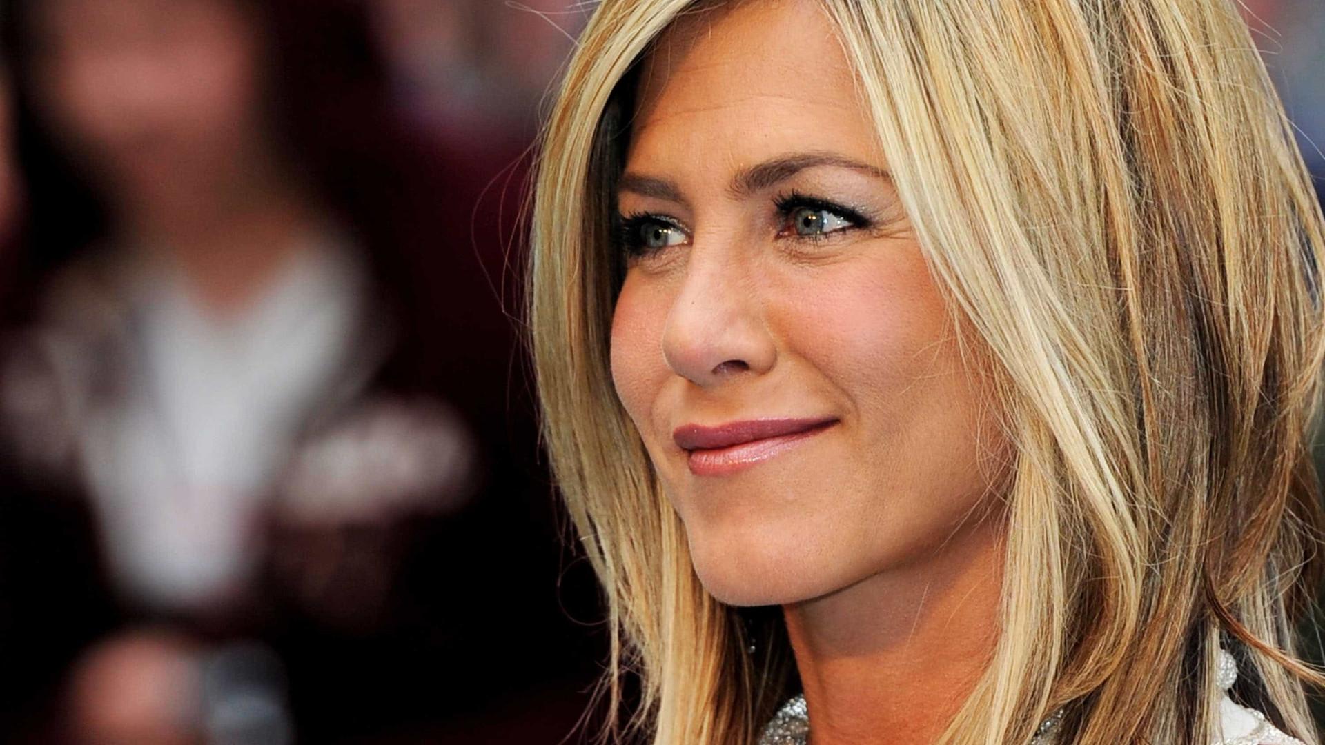 """Jennifer Aniston está """"muito feliz por estar solteira"""""""