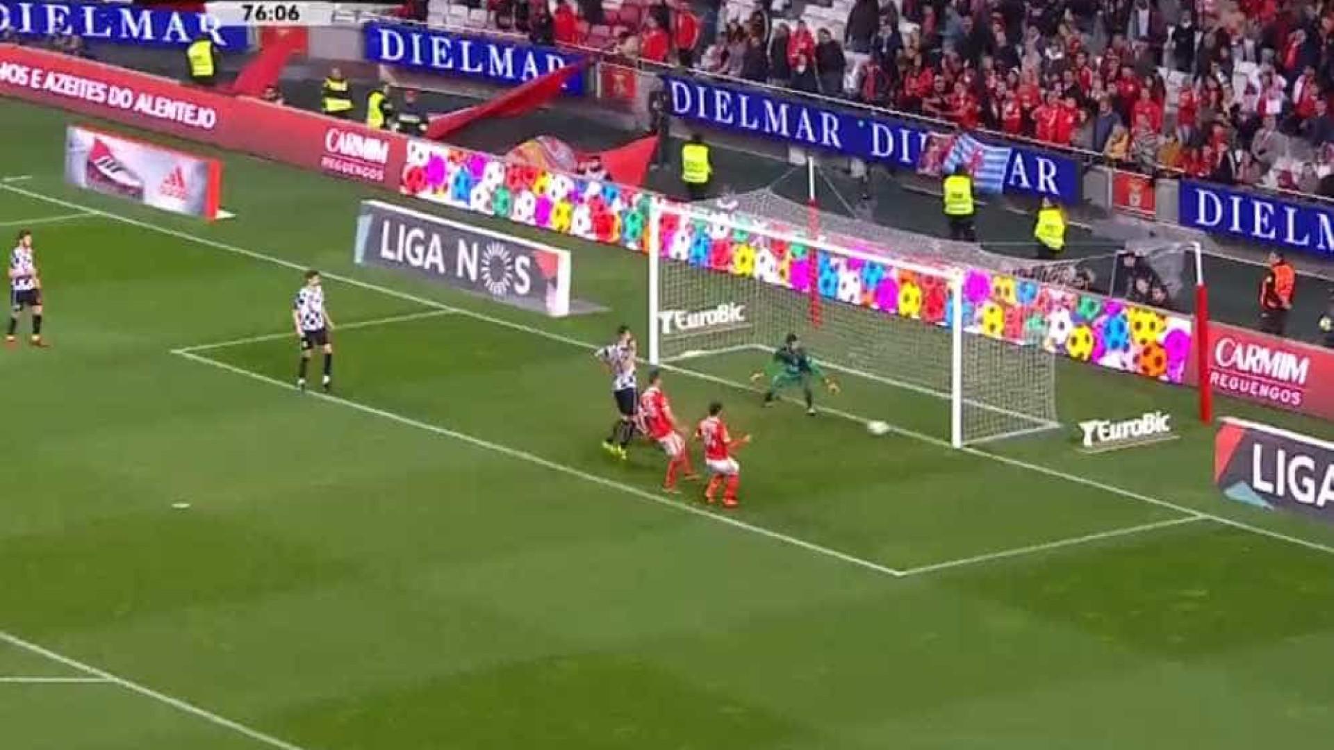 Nuno Henrique 'roubou' o golo a Jonas e deixou o Benfica a vencer por 3-0