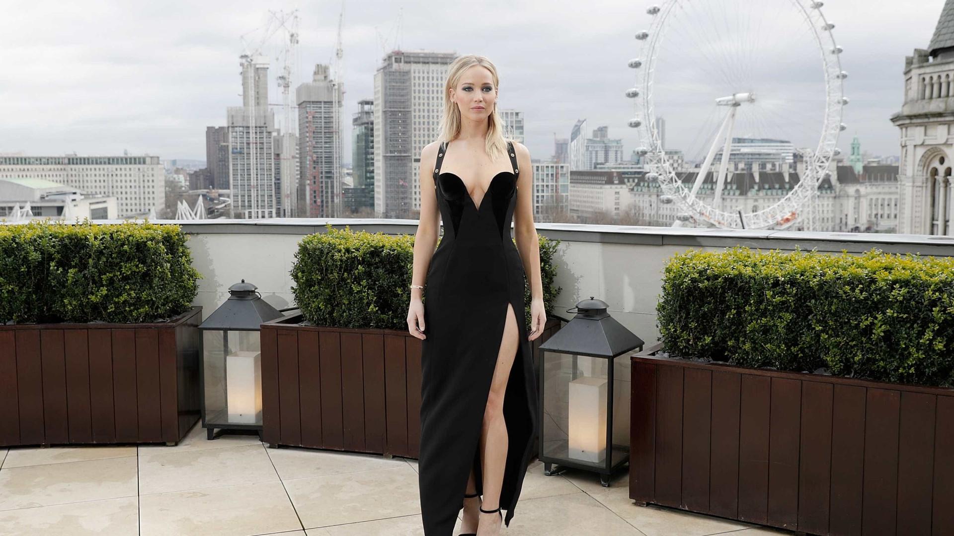 Jennifer Lawrence arrasa no decote em première de filme em Londres