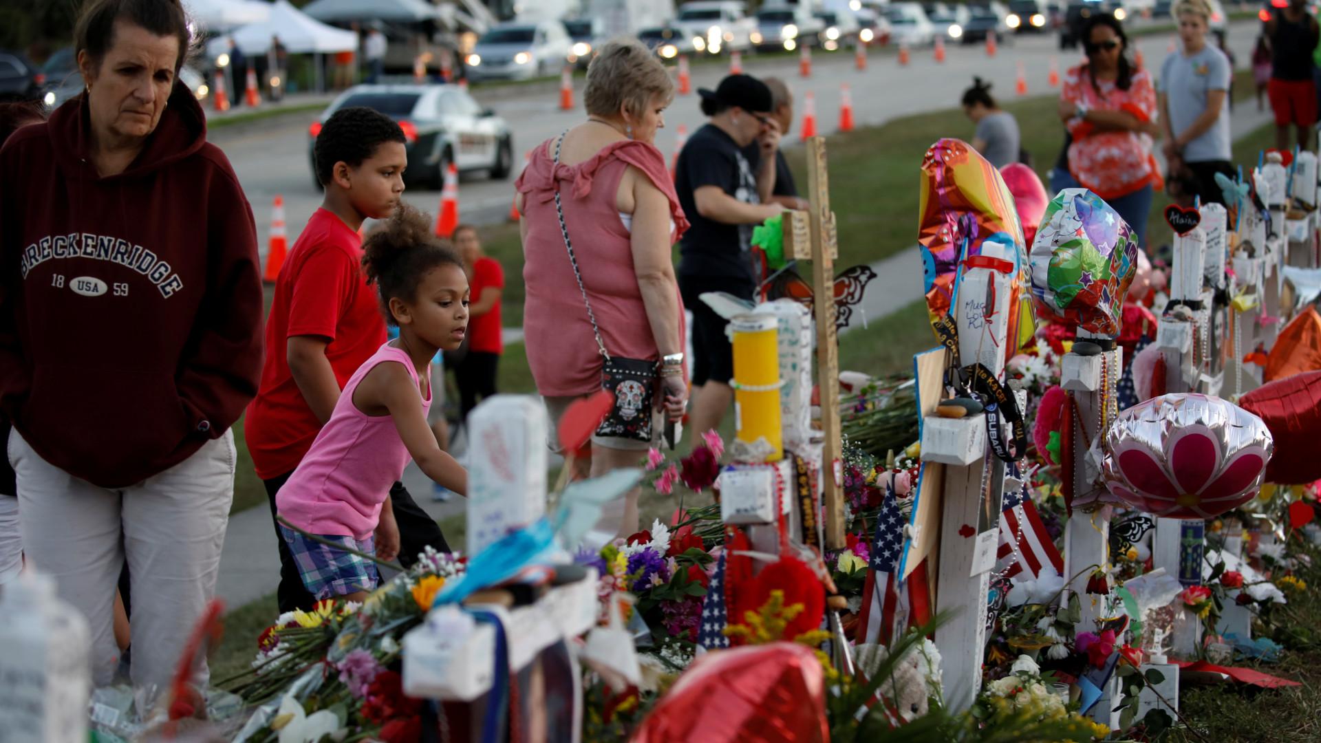 Governador da Flórida quer um polícia em cada escola após massacre