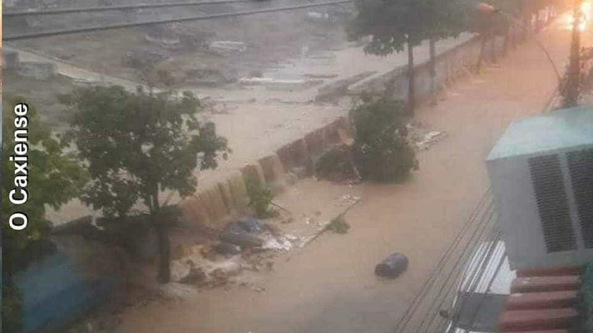 Chuva inunda cemitério e espalha ossadas por rua no Rio de Janeiro