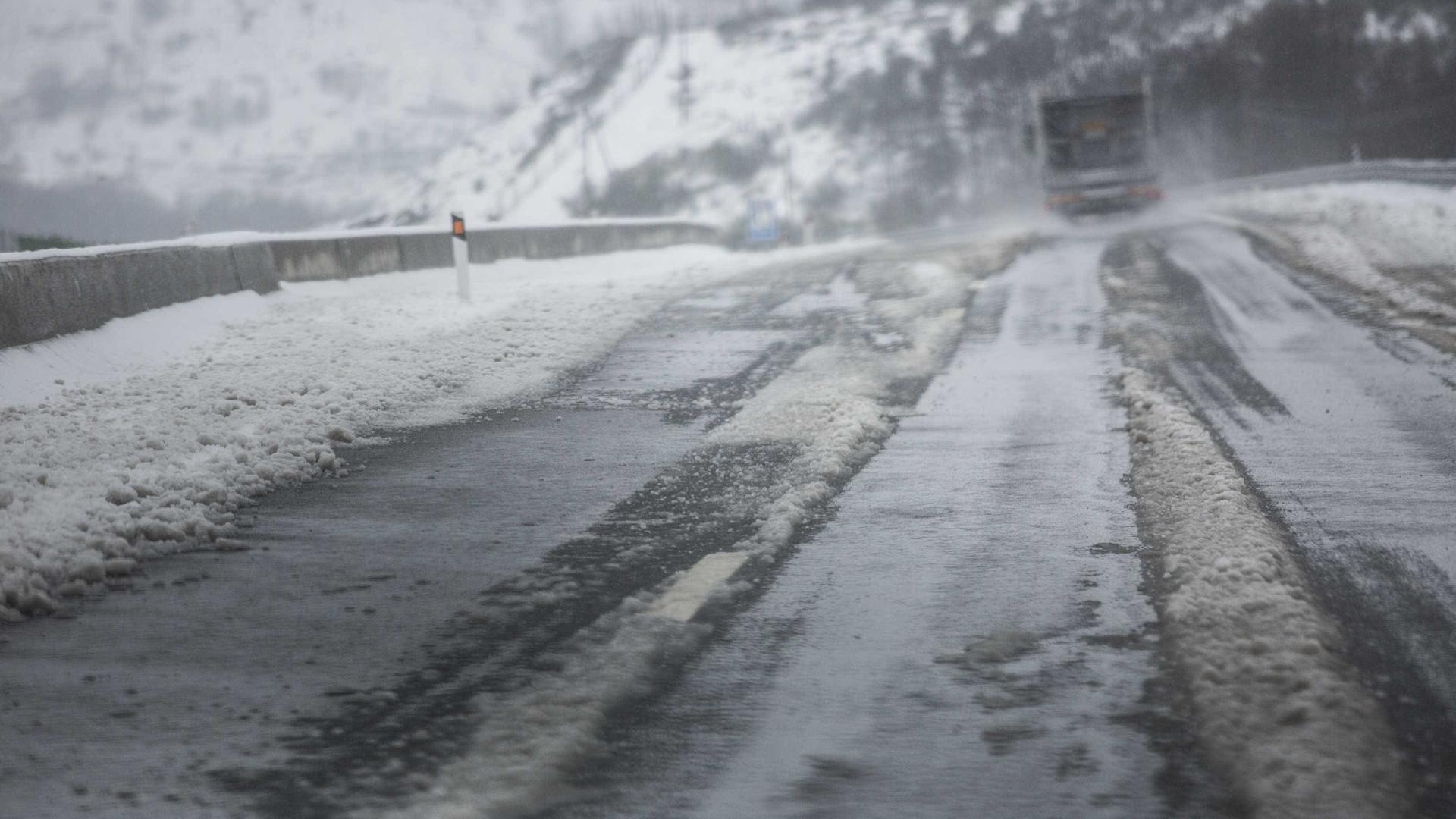 Neve corta estradas na Serra do Montemuro, em Viseu